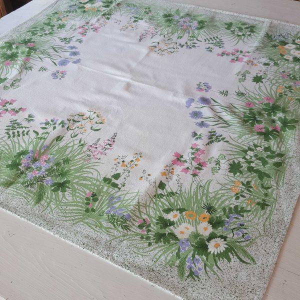 bordsduk-med-blommor-2