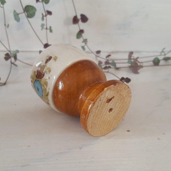 äggkoppar-&-saltströare-i-porslin-och-trä-3