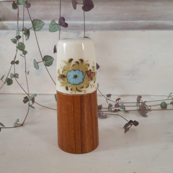 äggkoppar-&-saltströare-i-porslin-och-trä-5