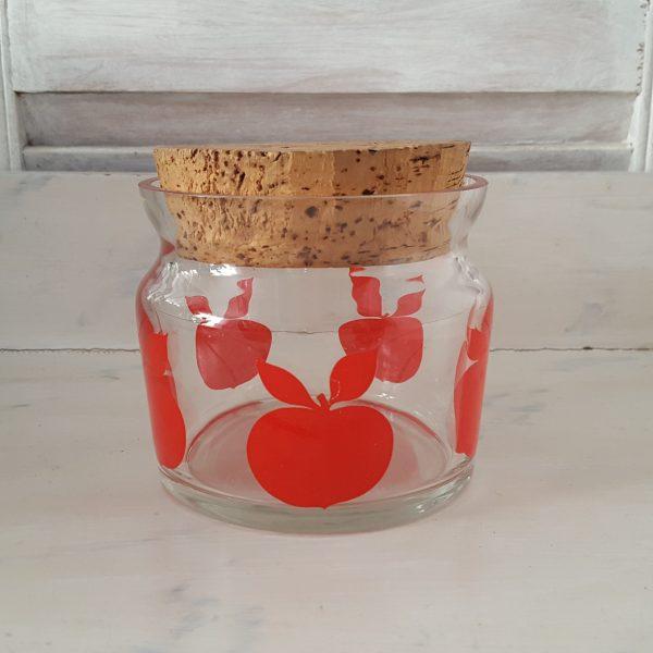 glasburk-med-röda-äpplen-retro-1
