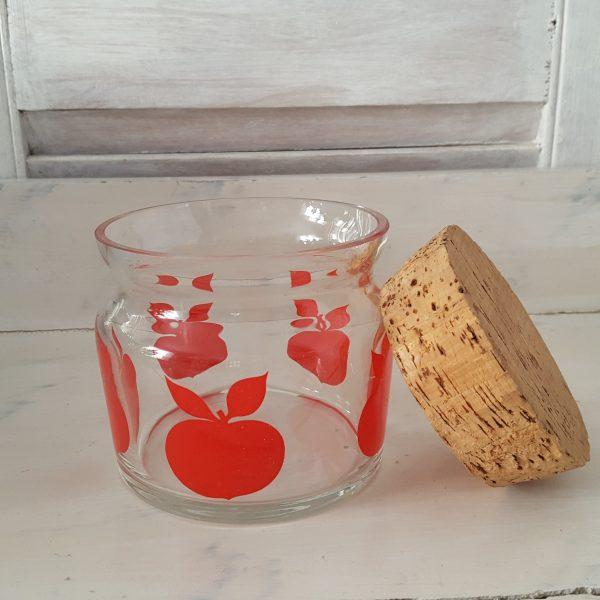 glasburk-med-röda-äpplen-retro-3