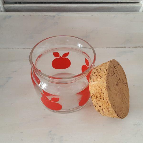 glasburk-med-röda-äpplen-retro-7