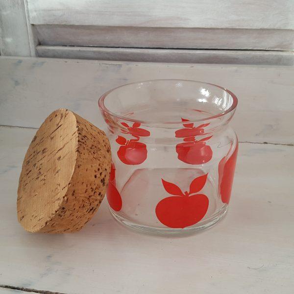 glasburk-med-röda-äpplen-retro-8