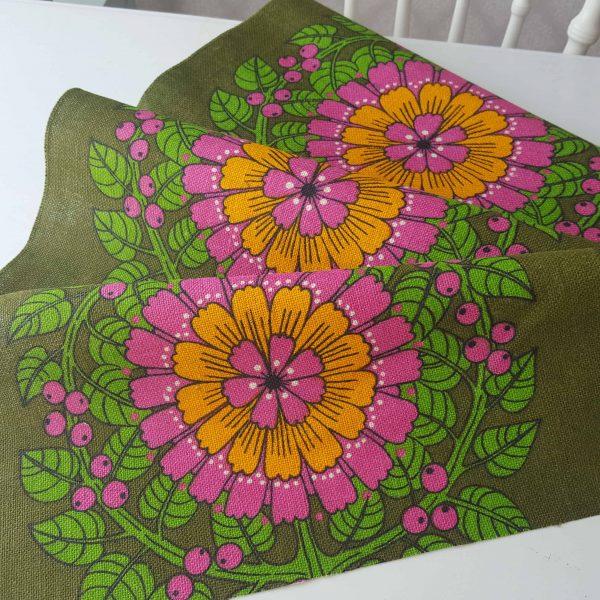juteväv-med-textiltryck-blom-&-bär-retro-1