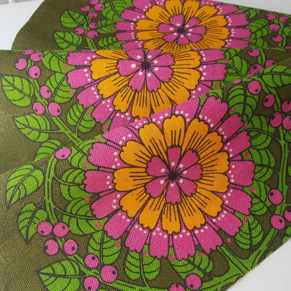 juteväv-med-textiltryck-blom-&-bär-retro-2