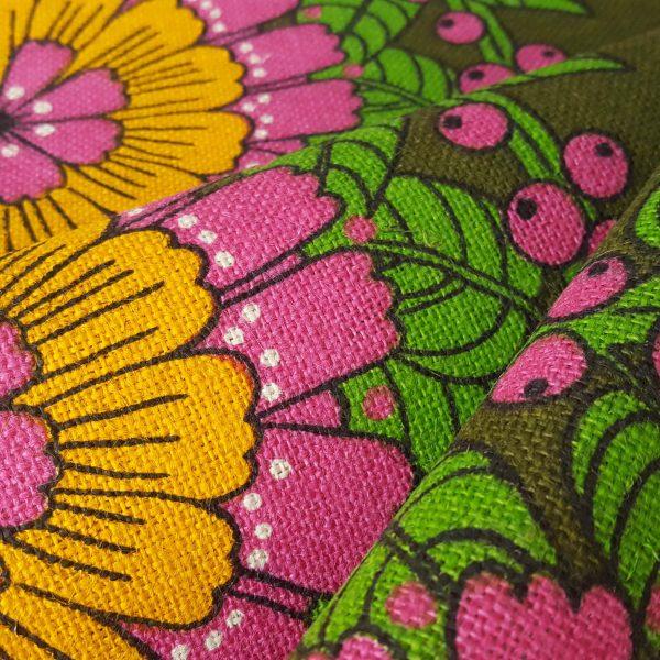 juteväv-med-textiltryck-blom-&-bär-retro-3