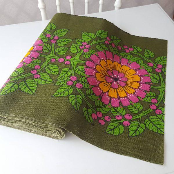 juteväv-med-textiltryck-blom-&-bär-retro-4
