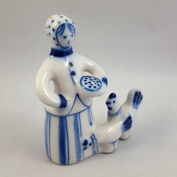 kvinna-matar-höns-blå-&-vit-ghzel-ussr-1
